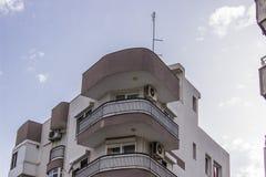 Colpo anteriore di prospettiva di costruzione moderna costruita di rinforzo urbana con il cielo blu a Smirne alla Turchia fotografia stock