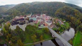 Colpo antico aereo del castello, grande residenza di signori del fossato, autunno video d archivio
