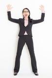 Colpo asiatico colpito della donna di affari e parete pendente immagine stock