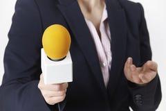 Colpo astratto del giornalista femminile With Microphone Fotografia Stock