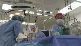 Colpo basso degli assistenti chirurgici video d archivio