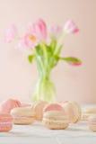 Colpo basso di Macaron con i tulipani Fotografia Stock