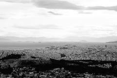 Colpo in bianco e nero aereo di una città urbana fotografia stock