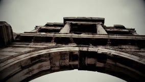 Colpo in bianco e nero dell'arco di Hadrian nel vecchio film documentario Atene, Grecia stock footage