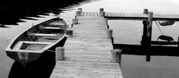 Colpo in bianco e nero della barca di fila Fotografie Stock