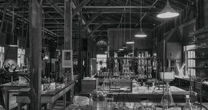 Colpo in bianco e nero di vecchio laboratorio immagine stock libera da diritti