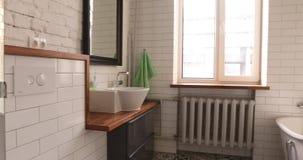 Colpo bianco moderno di panorama del bagno video d archivio
