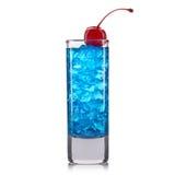 Colpo blu del cocktail del curacao con la ciliegia isolata su fondo bianco Fotografia Stock
