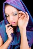 Colpo blu dello studio di trucco del fronte del panno della donna di bellezza Fotografie Stock