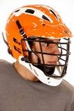 Colpo capo alto di lacrosse di fine maschio del giocatore con il casco fotografia stock