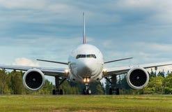 Colpo capo dell'aeroplano che accende la pista Immagine Stock Libera da Diritti