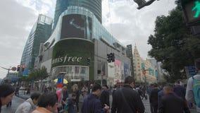 colpo commovente 4k di un attraversamento occupato alla zona commerciale a Shanghai stock footage