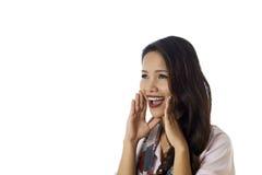 Colpo concettuale di buone notizie screeming della ragazza asiatica immagine stock libera da diritti