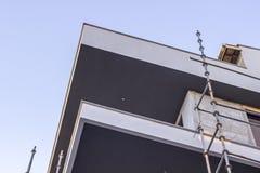 Colpo d'angolo di vecchio alloggio di massa moderno alla costruzione nella città alla Turchia Immagine Stock