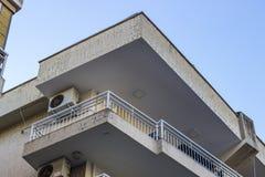 Colpo d'angolo di vecchio alloggio di massa moderno nella città alla Turchia Fotografia Stock