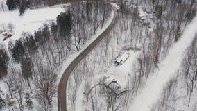 Colpo d'instaurazione aereo di una strada isolata curvy durante l'inverno video d archivio