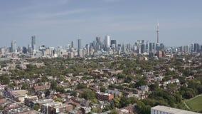Colpo d'instaurazione aereo di una vicinanza di Toronto durante l'estate video d archivio