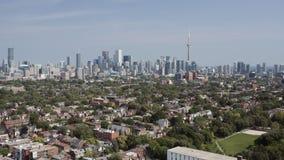 Colpo d'instaurazione aereo di una vicinanza di Toronto durante l'estate stock footage