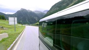 Colpo dall'esterno dell'automobile commovente Punto di vista di un'automobile che passa la strada in montagne stock footage