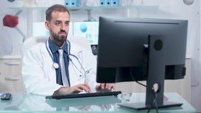 Colpo del carrello di medico che lavora nel suo ufficio moderno stock footage