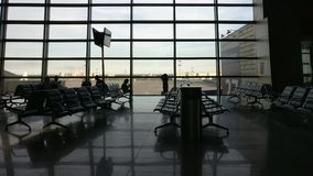 Colpo del carrello del portone del terminale di aeroporto stock footage