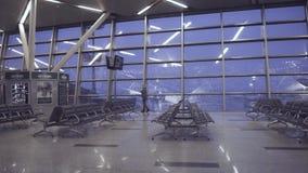 Colpo del carrello del portone del terminale di aeroporto video d archivio