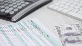Colpo del cursore del primo piano della donna che calcola tassa e che conta soldi sullo scrittorio accanto alla tastiera ed al ca archivi video