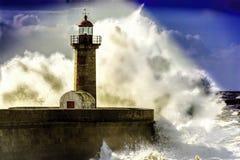 Colpo del faro di Oporto dalle onde gigantesche enormi Immagini Stock Libere da Diritti
