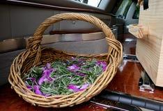 Colpo del fiore & della candela usati per un funerale fotografia stock libera da diritti