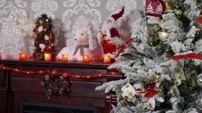 Colpo del fuoco dello scaffale dell'albero di Natale al camino decorato stock footage