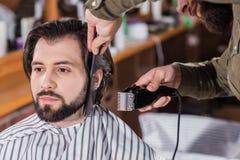 colpo del primo piano del barbiere che rade uomo fotografia stock libera da diritti