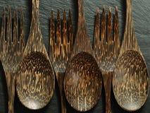 Colpo del primo piano dei cucchiai e delle forchette fatti dalla noce di cocco Immagine Stock