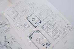 Colpo del primo piano dei disegni dello strato del progetto di UI/UX in un quaderno royalty illustrazione gratis