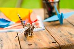 Colpo del primo piano delle carte variopinte per fare arte di origami Fotografie Stock