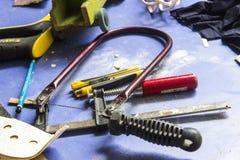 Colpo del primo piano dello strumento della taglierina di proprietà dall'artigiano tradizionale Fotografia Stock