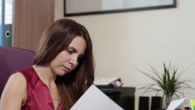 Colpo del ritratto della giovane donna castana caucasica archivi video