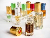Colpo dell'olio arabo di oud in un barattolo di vetro immagini stock