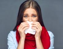 Colpo della donna di malattia sul naso in tessuto di carta Fotografia Stock