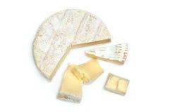 Colpo della fetta del formaggio del camembert macro su fondo bianco Fotografia Stock