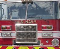 Colpo della parte anteriore del porto di perla del blu marino degli Stati Uniti del camion dei vigili del fuoco del Pierce Immagine Stock Libera da Diritti