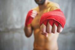 Colpo delle mani avvolte con nastro adesivo rosso di pugilato di giovane lotta del pugile fotografia stock