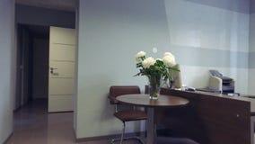 colpo dello steadicam Interiore moderno dell'ufficio video d archivio