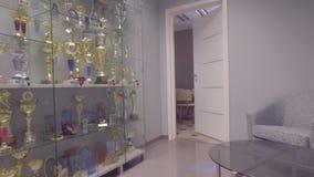 colpo dello steadicam Interiore moderno dell'ufficio r video d archivio
