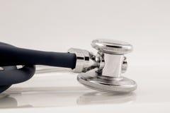 Colpo dello studio del dettaglio dello stetoscopio con la riflessione Fotografia Stock Libera da Diritti