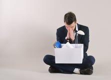 Colpo dello studio dell'uomo d'affari molto triste e stanco con la roba dell'ufficio Fotografie Stock