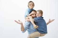 Colpo dello studio delle mani di diffusione del singolo padre stanco confuso nel gesto messo in discussione e nell'aggrottare le  fotografia stock libera da diritti