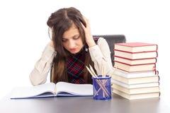 Colpo dello studio dello studente disperato con le mani sulla testa che si siede a ciao Fotografia Stock