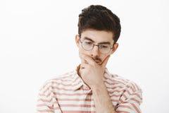 Colpo dello studio dello sviluppatore maschio di pensiero messo a fuoco di programma in vetri d'avanguardia, inclinando testa giù Fotografie Stock