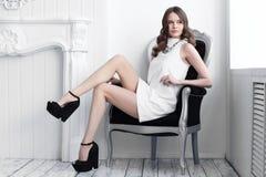 Colpo di alta moda di giovane bella donna in breve vestito bianco Immagini Stock Libere da Diritti