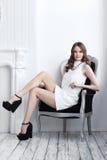 Colpo di alta moda di giovane bella donna in breve vestito bianco Fotografia Stock